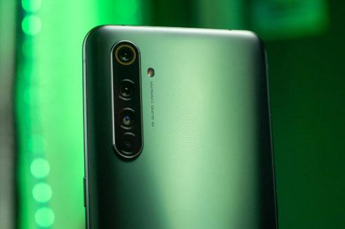 Realme X50 Pro 5G có 4 camera sau. Cảm biến chính 64 MP, khẩu độ f/1.8 cho khả năng lấy nét theo pha. Ống kính tele 12 MP, f/2.5 mang đến khả năng zoom quang 2x. Cảm biến thứ ba 8 MP, f/2.3 cho ống kính góc rộng 119 độ với tùy chọn macro 3cm. Cảm biến chiều sâu 2 MP, f/2.4. Bộ tứ này được trang bị đèn flash LED, quay video 4K.
