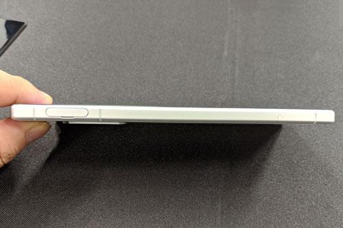 Khay SIM, thẻ nhớ vẫn được bố trí ở cạnh trái.