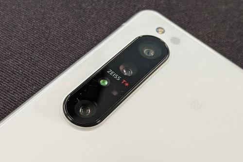 Sony Xperia 1 II sở hữu 3 camera sau. Cảm biến chính 12 MP, khẩu độ f/1.7 với công nghệ lấy nét Dual Pixel PDAF, chống rung quang học (OIS). Ống kính tele 12 MP, f/2.4 cho khả năng lấy nét theo pha, zoom quang 3x, OIS. Cảm biến thứ ba 12 MP, f/2.2 cho ống kính góc rộng 135 độ. Cùng với đó là cảm biến iTOF 3D. Bộ ba camera này được trang bị đèn flash LED, quay video 4K tốc độ 60 khung hình/giây.