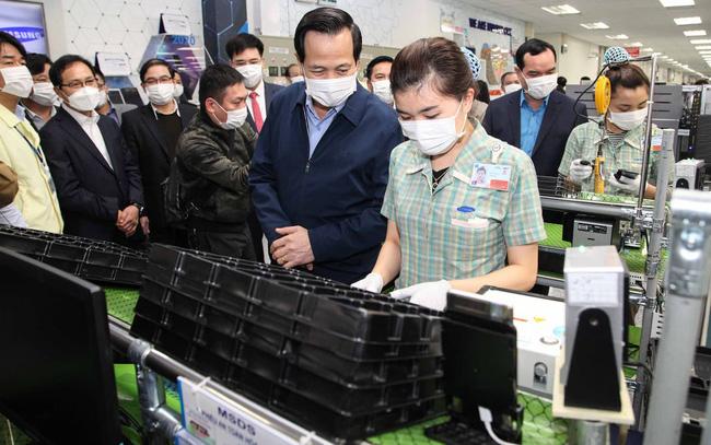 Bộ trưởng Đào Ngọc Dung (thứ hai từ phải sang) kiểm tra công tác phòng chống dịch Covid-19 tại Công ty Samsung Thái Nguyên. Nguồn ảnh: Bộ LĐ-TBXH