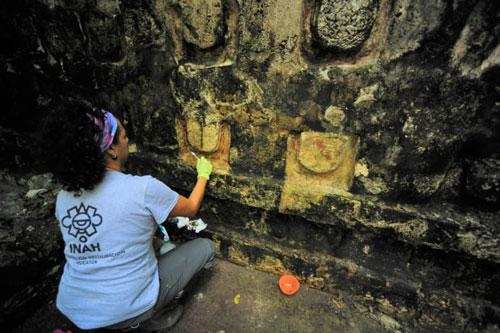 Một nhà khảo cổ học làm sạch vữa của ngôi đền nằm trong khu vực khảo cổ học của Kuluba, ở Tizimin, bang Yucatan, Mexico. Ảnh: japantimes.co.jp