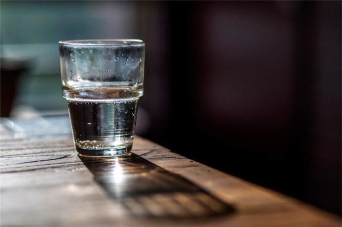 Theo phong thủy, đặt ly nước muối trong nhà có tác dụng loại bỏ năng lượng xấu. (Ảnh minh họa)