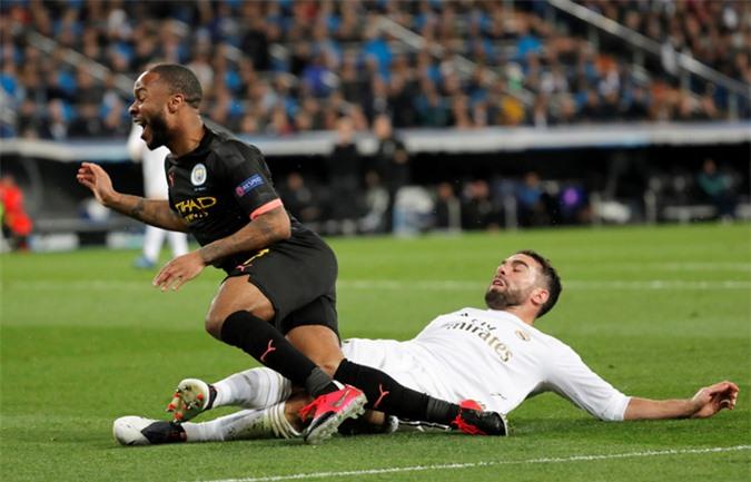 Sterling được tung vào sân từ phút 73 và ngay lập tức góp công trong cả 2 bàn thắng của Man City