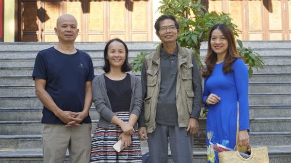 Ngô Thị Trâm Anh, cùng chị Ngô Thị Thúy Hằng (thứ hai từ trái sang) nhà sáng lập ra thương hiệu Hương Sạch Marin.