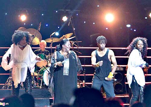 Nhóm nhạc huyền thoại Boney M biểu diễn tại Việt Nam tháng 10-2016.