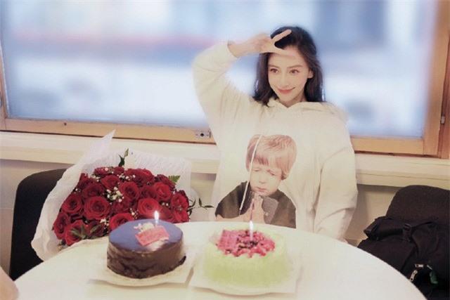 Angelababy rạng rỡ đón sinh nhật tuổi 31, Huỳnh Hiểu Minh vẫn vắng mặt - Ảnh 1.
