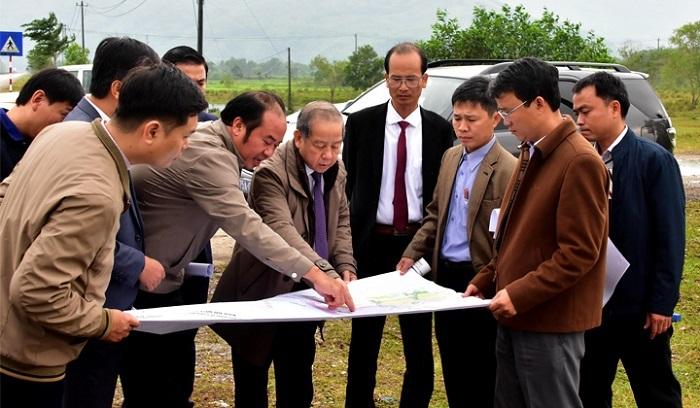 Chủ tịch UBND tỉnh Thừa Thiên Huế (thứ 5 từ phải sang) kiểm tra tiến độ các dự án tại Khu kinh tế Chân Mây - Lăng Cô