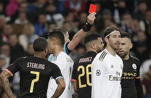 Ramos phải nhận thẻ đỏ ở trận thua của Real trước Man City.