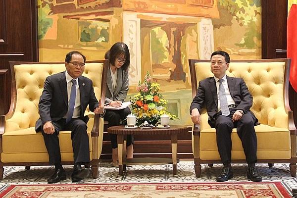 Đại sứ Hàn Quốc (bên trái) làm việc với Bộ trưởng Nguyễn Mạnh Hùng về hợp tác giữa Việt Nam và Hàn Quốc trong triển khai 5G. Nguồn ảnh: MIC