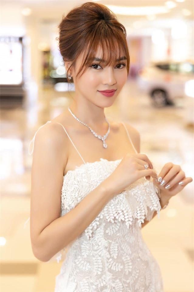 Ninh Dương Lan Ngọc có 2 nhà, xe sang, kim cương, sắm đồ hiệu như đi chợ