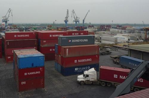 Hoạt động bốc xếp hàng XNK tại cảng Hải Phòng. Ảnh: Hải Anh.