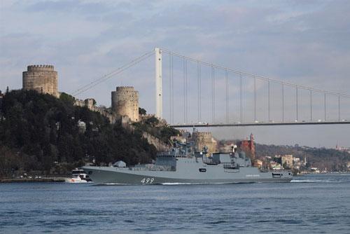 Tàu khu trục của hải quân Nga, Đô đốc Makarov ra khơi ở Bosporus trên đường đến biển Địa Trung Hải ngày 28/2. Ảnh: Reuters