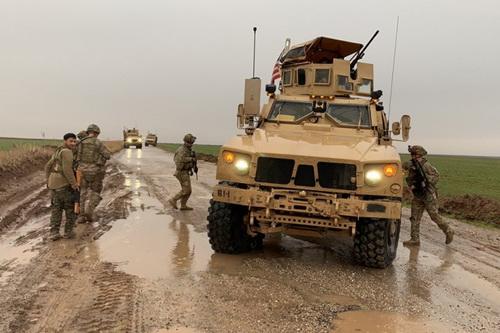 Quân đội Syria được báo cáo đã chặn đoàn xe tuần tra của binh sĩ Mỹ khi họ cố gắng tiếp cận sân bay quân sự Kamyshly. Ảnh: Al Masdar News.