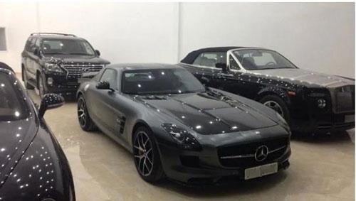 Năm 2010, gia đình nhà chồng Hà Tăng khiến giới mê siêu xe phải nể phục khi mua chiếc siêu xe Mercedes-Benz SLS AMG GT Final Edition. Đây cũng là cái tên nổi bật trong trong bộ sưu tập siêu xe của ông Johnathan Hạnh Nguyễn.