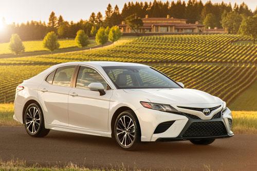 1. Toyota Camry (doanh số: 698.721 chiếc).