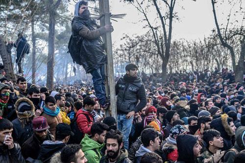 Người di cư tập trung ở vùng đệm tại biên giới Thổ Nhĩ Kỳ - Hy Lạp. (Ảnh: Getty)