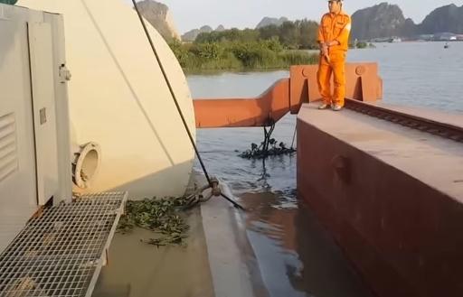 Tổ hợp siêu máy bơm được gắn trên sà lan hoạt động thử nghiệm dưới dòng sông Đá Bạch, TP Uông Bí, QN.