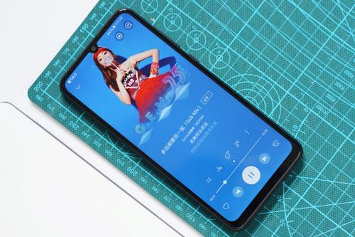 Enjoy 10e được trang bị tấm nền màn hình IPS LCD với kích thước 6,3 inch, độ phân giải HD Plus (1.600x720 pixel). Màn hình này được chia theo tỷ lệ 20:9, chiếm 88,4% diện tích mặt trước.