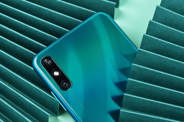 Huawei Enjoy 10e sở hữu 2 camera sau. Cảm biến chính 13 MP, khẩu độ f/1.8 cho khả năng lấy nét thao pha và cảm biến chiều sâu 2 MP, f/2.4. Bộ đôi này được trang bị đèn flash LED, quay video Full HD.