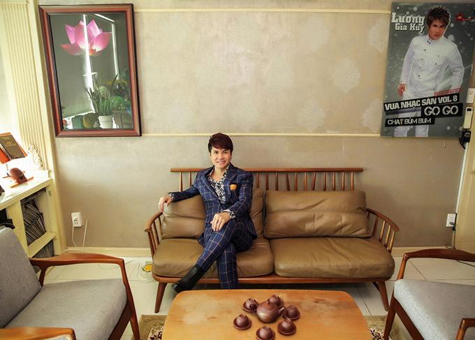 Ca sĩ Lương Gia Huy hoạt động nghệ thuật gần 20 năm và hiện có cuộc sống ổn định tại Sài Gòn. Đây là lần đầu Lương Gia Huy chia sẻ không gian sống. Anh luôn thân thiện, gần gũi với khán giả nhưng rất kín đáo về đời tư.