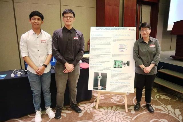 Cẩm Linh (trong hình bên phải) tham dự sự kiện giao lưu với doanh nghiệp do trường tổ chức.