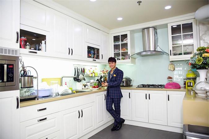 [CaptionĐặc biệt, gian bếp nhà Lương Gia Huy được anh chăm chút khá cẩn thận. Lương Gia Huy có niềm yêu thích lớn với nhiều dụng cụ nhà bếp. Anh luôn dành thời gian rảnh trong mối chuyến lưu diễn nước ngoài để mua những bộ bát đĩa cao cấp từ các nước châu Âu như Đức, Italy, Nhật Bản...để làm phong phú thêm căn bếp gia đình.