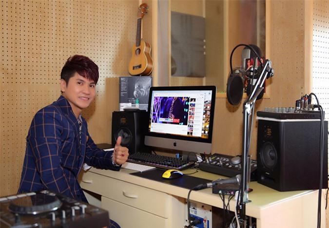 [CaptionTại đây, anh thu âm, mix nhạc, dựng phim và có thể cho ra đời một sản phẩm âm nhạc hoàn chỉnh như một studio chuyên nghiệp.