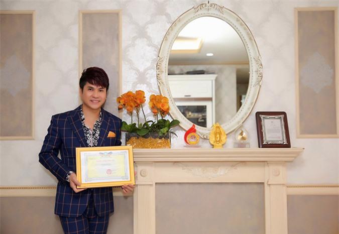 Lương Gia Huy có góc riêng trong nhà để trưng bày các kỷ niệm chương, bằng khen anh nhận được trong quá trìnhhoạt động nghệ thuật.
