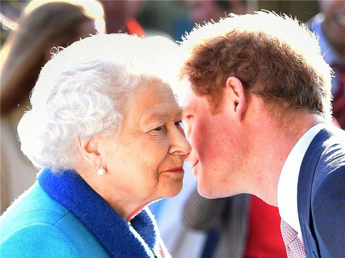 Nữ hoàng Anh chính thức gặp mặt cháu trai Harry sau những rạn nứt và tổn thương, chỉ với một câu nói cũng đủ khiến vợ chồng Meghan phải suy nghĩ - Ảnh 1.
