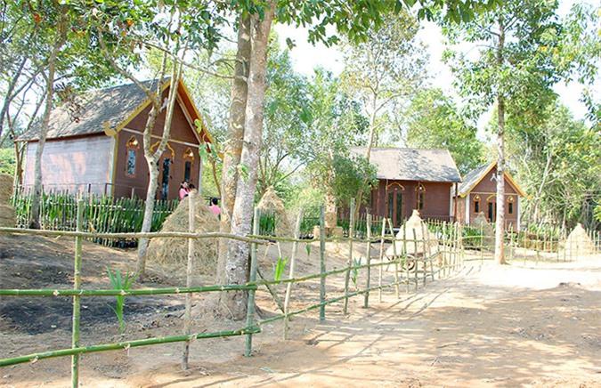 [CaptionNgắm nhìn vùng đất hoang sơ nhưng thiên nhiên tuyệt đẹp đã bị bỏ quên cả bao đời nay rồi đây sẽ là 1 khu bảo tồn văn hóa dân tộc Khmer, sẽ tái dựng lại câu chuyện của những tiên bà tiên ông được ngọc hoàng phái xuống trần ngay khu đất này để đào giếng mang lại nguồn nước ngọt cho dân chúng vùng quanh đây có nước ngọt để dùng, sẽ có khu văn hóa ẩm thực đặc trưng của dân tộc Khmer và của vùng Sóc Trăng, sẽ có những căn nhà sàn, nhà lá theo đúng kiến trúc văn hóa Khmer...Thu được nghe nói hàng năm cả ngàn người thường đổ về đây ngay trên mảnh đất hoang sơ này để cầu xin tình duyên , con cái cho người hiếm muộn, và họ đều được như ý. Càng được biết đến sự linh thiêng của Giếng Tiên, Thu càng cảm thấy chuyến đi quả thật như có 1 sức mạnh vô hình nào trợ giúp, bởi bay dài thiếu ngủ mà sao ngay lúc đó Thu vẫn rất tỉnh táo đầy năng lượng. Và giờ đây Thu đang đếm từng ngày để được tận mắt chứng kiến ngày khánh thành Giếng Tiên linh thiêng.