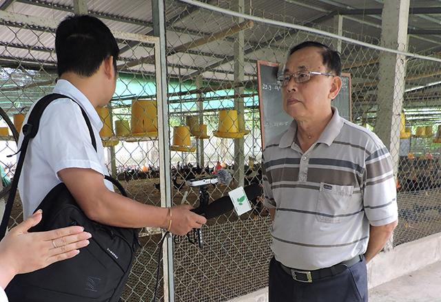 Ông Nguyễn Quốc Kiệt, Giám đốc HTX Chăn nuôi và Thủy sản Gò Công (người mặc áo phông ngắn tay sọc ngang) trả lời phỏng vấn.