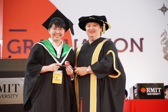 Võ Thị Cẩm Linh, nữ sinh duy nhất của ngành Công nghệ thông tin, được trao danh hiệu Thủ khoa ngành nhờ hoàn thành chương trình học với điểm số cao nhất.