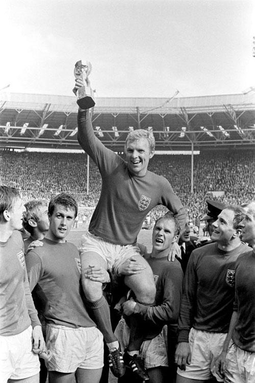 Đội trưởng đội tuyển bóng đá Anh Booby Moore đã giơ cao chiếc cúp đầy tự hào tạiWorld Cup 1966