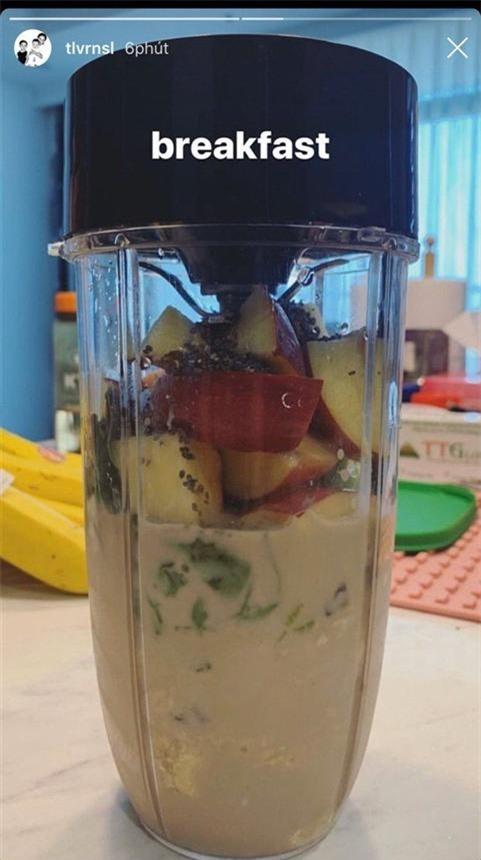 Hoàng Touliver được cho là xay sinh tố cho bà xã dùng bữa sáng.