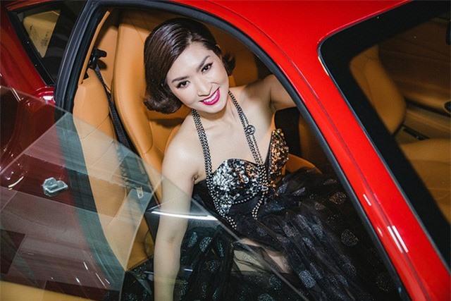 Ca sĩ Nguyễn Hồng Nhung đi sự kiện bằng siêu xe Ferrari 11 tỷ - Ảnh 1.