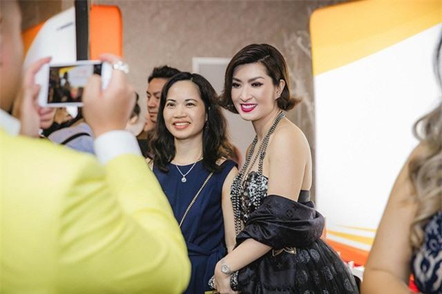 Ca sĩ Nguyễn Hồng Nhung đi sự kiện bằng siêu xe Ferrari 11 tỷ - Ảnh 5.