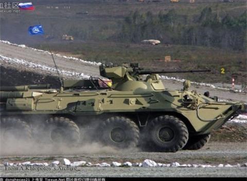 BTR-82AT Nga phoi hop voi ve tinh khi chien dau