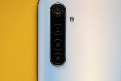 Realme 6 sở hữu 4 camera sau. Cảm biến chính 64 MP, khẩu độ f/1.8 cho khả năng lấy nét theo pha. Ống kính góc rộng 119 độ 8 MP, f/2.3. Ống kính macro và cảm biến chiều sâu cùng có độ phân giải 2 MP, f/2.4. Bộ tứ này được trang bị đèn flash LED, quay video 4K.