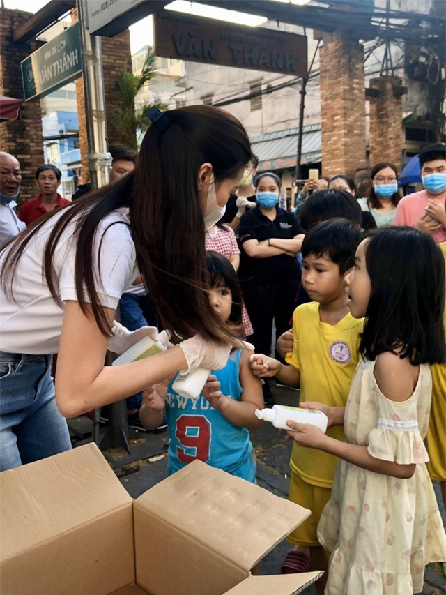 """Hoa hậu Khánh Vân và bố mẹ nhảy theo """"Ghen cô Vy"""" đang gây """"sốt"""" toàn cầu - 2"""