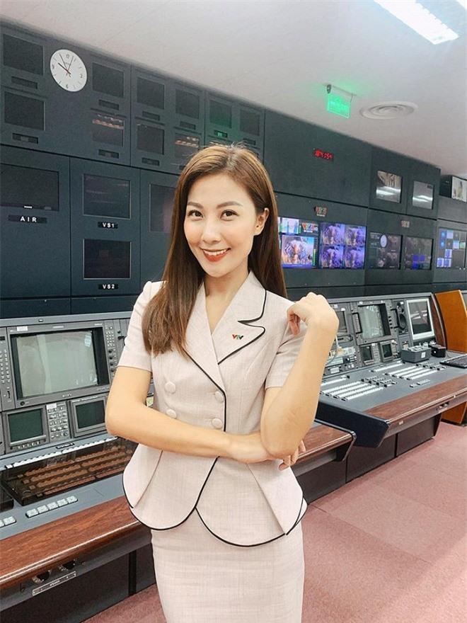 Nhan sắc đời thường xinh đẹp, gợi cảm của nữ MC Thời tiết lâu năm - Quỳnh Hoa 5