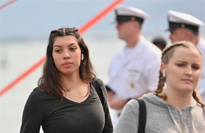 """ẢNH: Những """"bóng hồng"""" Hải quân Mỹ trên tàu sân bay, tàu tuần dương thăm Đà Nẵng - Ảnh 13."""