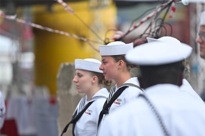 """ẢNH: Những """"bóng hồng"""" Hải quân Mỹ trên tàu sân bay, tàu tuần dương thăm Đà Nẵng - Ảnh 2."""