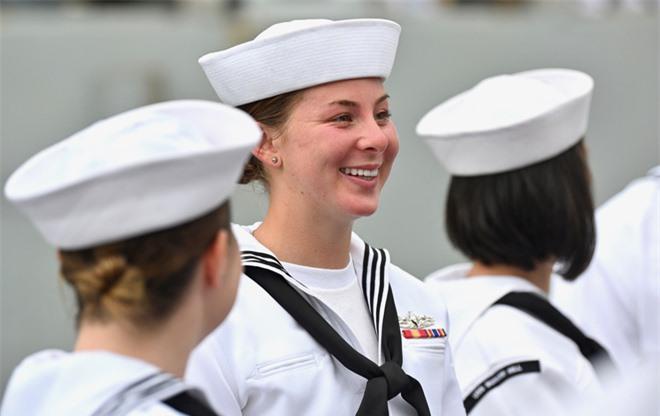 """ẢNH: Những """"bóng hồng"""" Hải quân Mỹ trên tàu sân bay, tàu tuần dương thăm Đà Nẵng - Ảnh 3."""