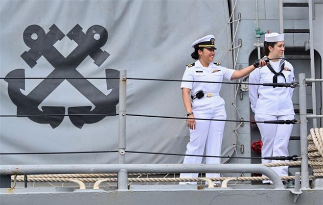 """ẢNH: Những """"bóng hồng"""" Hải quân Mỹ trên tàu sân bay, tàu tuần dương thăm Đà Nẵng - Ảnh 4."""