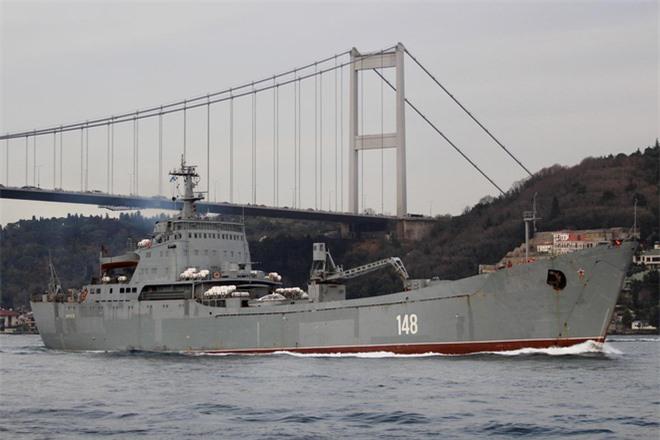 TT Putin tung đòn hiểm: Cấp tốc triển khai tàu chiến, máy bay trấn áp Thổ Nhĩ Kỳ ở Syria - Ảnh 1.