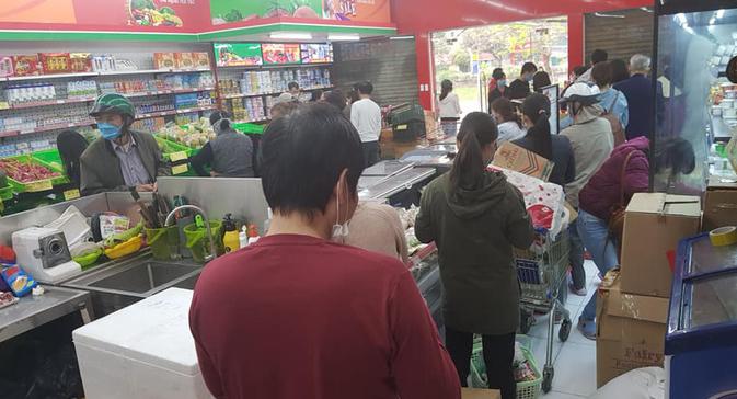 Người dân đổ xô đi mua đồ dự trữ. Ảnh: người lao động