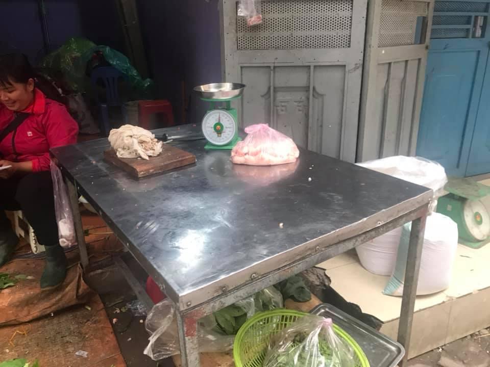 Hàng thịt lợn ở chợ Khương Đình hết từ sáng sớm do người dân mua tích trữ.