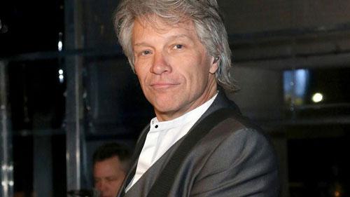 Jon Bon Jovi bắt đầu sự nghiệp biểu diễn chuyên nghiệp của mình khi mới 17 tuổi