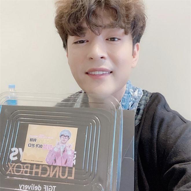Đăng ảnh chúc mừng Heechul, Shindong lại khiến dân tình dán mắt vào khuôn cằm khác lạ hậu giảm 31kg - Ảnh 1.