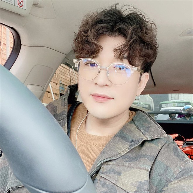 Đăng ảnh chúc mừng Heechul, Shindong lại khiến dân tình dán mắt vào khuôn cằm khác lạ hậu giảm 31kg - Ảnh 2.